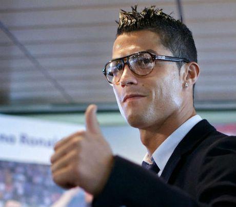 Thu nhap 100 trieu euro/nam, Ronaldo lap ky luc - Anh 1