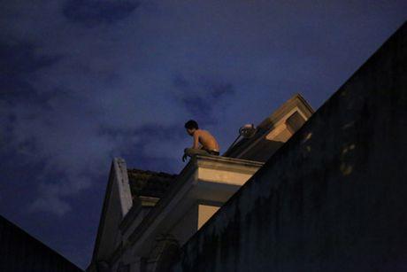 Nam thanh nien nghi 'ngao da', trang dem co thu tren noc nha - Anh 1