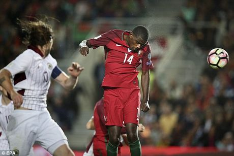 Ronaldo bo lo qua phat den trong chien thang 4-1 truoc Latvia - Anh 6