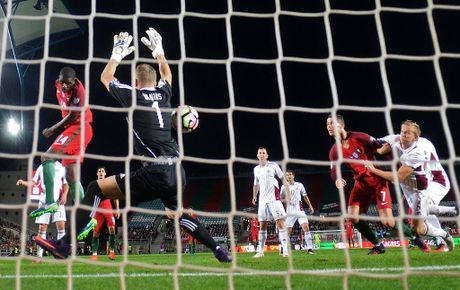 Ronaldo bo lo qua phat den trong chien thang 4-1 truoc Latvia - Anh 8
