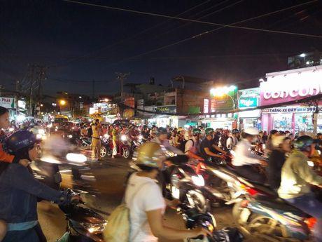 TP.HCM: Hang ngan xe may 'chon chan' tren duong No Trang Long - Anh 1