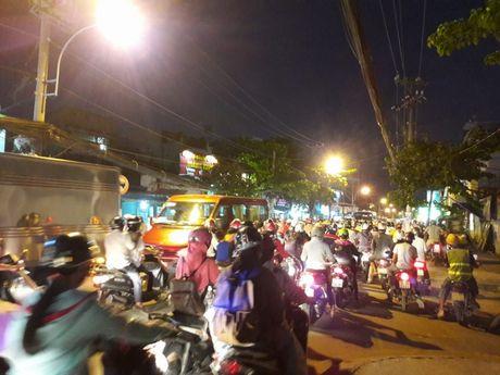 TP.HCM: Hang ngan xe may 'chon chan' tren duong No Trang Long - Anh 2