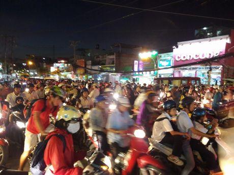 TP.HCM: Hang ngan xe may 'chon chan' tren duong No Trang Long - Anh 3