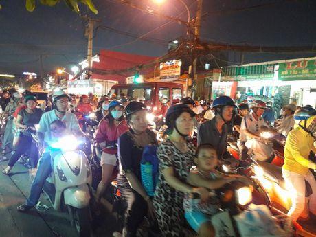 TP.HCM: Hang ngan xe may 'chon chan' tren duong No Trang Long - Anh 4
