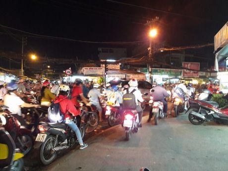TP.HCM: Hang ngan xe may 'chon chan' tren duong No Trang Long - Anh 5
