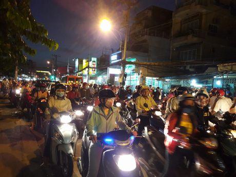 TP.HCM: Hang ngan xe may 'chon chan' tren duong No Trang Long - Anh 6