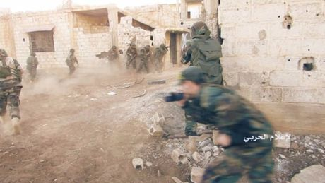 'Tran Stalingrad Syria': Can canh do sung o Aleppo, ten lua chong tang diet phien quan - Anh 1