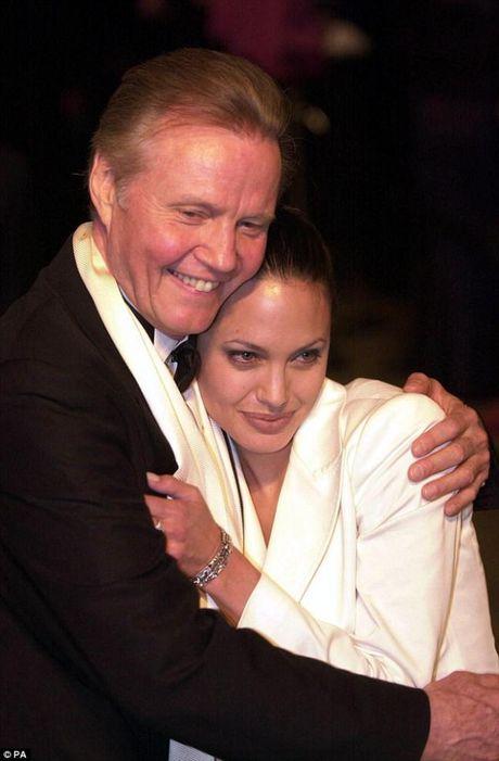 Bo Angelina Jolie lan dau len tieng ve vu ly di cua con gai - Anh 3