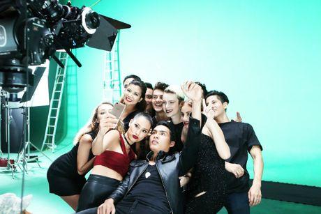 Phi Phuong Anh 'phai long' Lilly Nguyen trong hau truong Selfie War - Anh 1