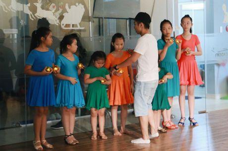 Phan Hien cham soc Khanh Thi o hau truong quay MV - Anh 5