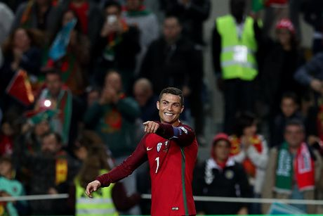 Ronaldo lap cu dup giup Bo Dao Nha dai thang, Bi huy diet Estonia - Anh 2