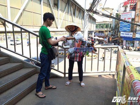 Hang rong, vat lieu bien cau di bo o Ha Noi thanh bai rac - Anh 3