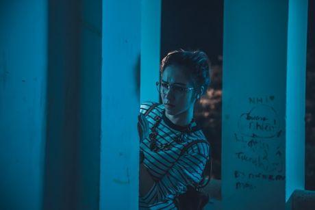 Hoa Minzy 'ba dao' trong phim kinh di dau tay - Anh 6