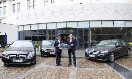 Mercedes-Benz Viet Nam ban giao 3 xe E250 AMG cho Hilton Ha Noi Opera - Anh 1