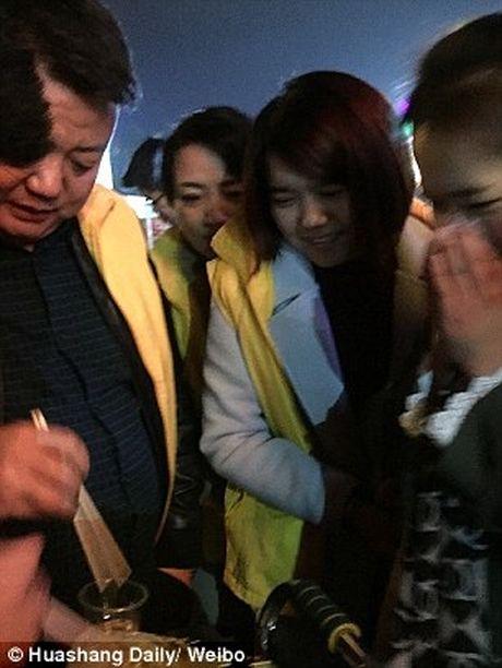 Trung Quoc: Bat nhan vien an sau song de trung phat - Anh 2