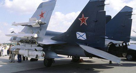 Tiem kich Nga roi khi ha canh xuong tau san bay ngoai khoi Syria - Anh 1