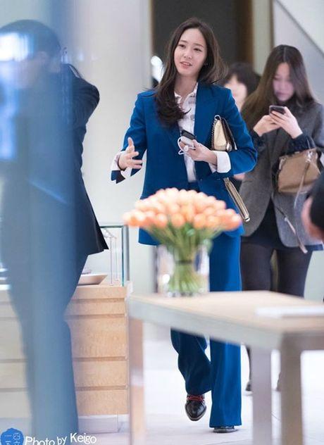 Krystal sang chanh voi do vest, Seol Hyun mat bong dau o san bay - Anh 1