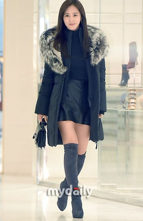 Krystal sang chanh voi do vest, Seol Hyun mat bong dau o san bay - Anh 3