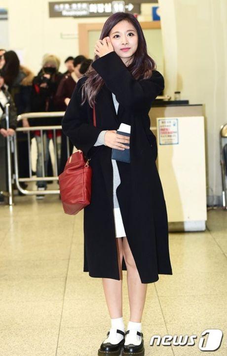 Krystal sang chanh voi do vest, Seol Hyun mat bong dau o san bay - Anh 4