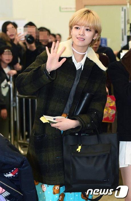 Krystal sang chanh voi do vest, Seol Hyun mat bong dau o san bay - Anh 5