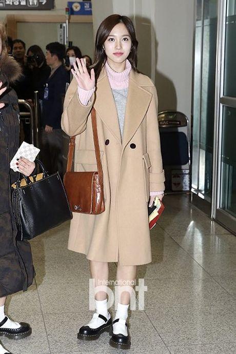 Krystal sang chanh voi do vest, Seol Hyun mat bong dau o san bay - Anh 6