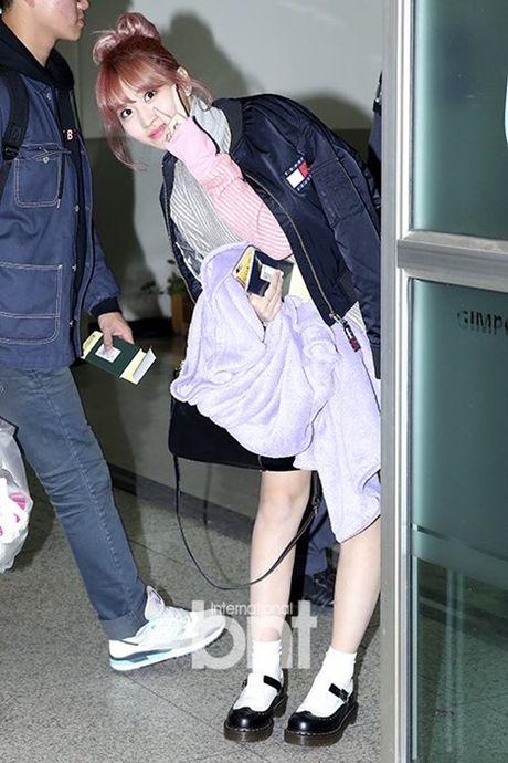 Krystal sang chanh voi do vest, Seol Hyun mat bong dau o san bay - Anh 7