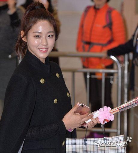 Krystal sang chanh voi do vest, Seol Hyun mat bong dau o san bay - Anh 8