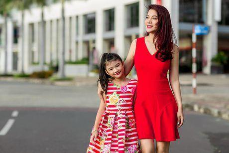 Tat bat voi cong viec, Truong Ngoc Anh van cung con gai sanh dieu di dao pho - Anh 2