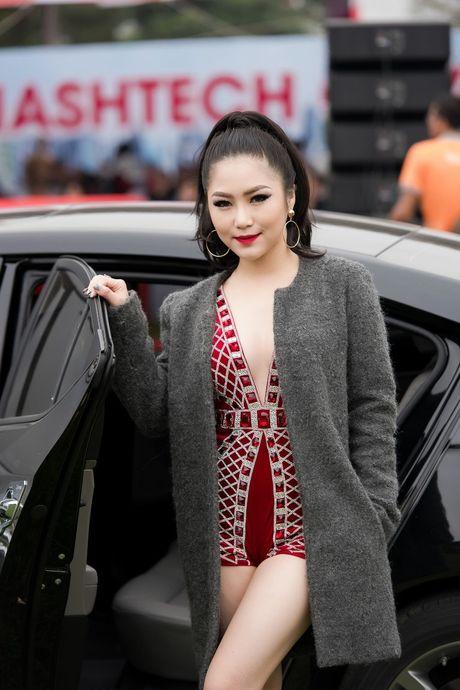 Huong Tram mac goi cam, hat cung fan tren san khau - Anh 2