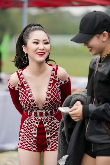 Huong Tram mac goi cam, hat cung fan tren san khau - Anh 3