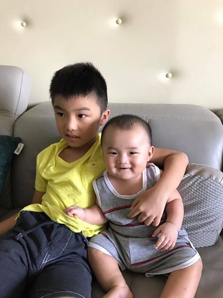 Con trai Ung Hoang Phuc dang yeu khi di ca phe voi bo me - Anh 5