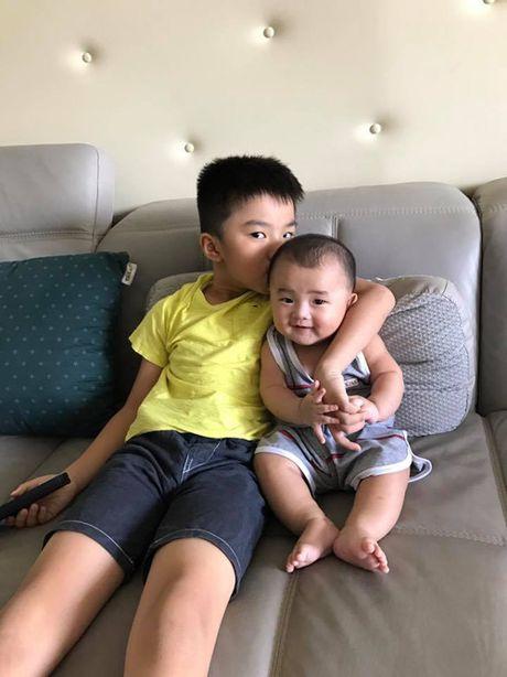 Con trai Ung Hoang Phuc dang yeu khi di ca phe voi bo me - Anh 6