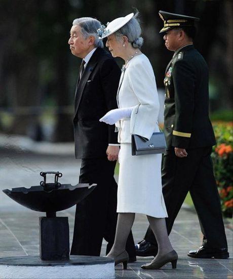 Phong cach thoi trang dang cap cua hoang hau Nhat 82 tuoi - Anh 10