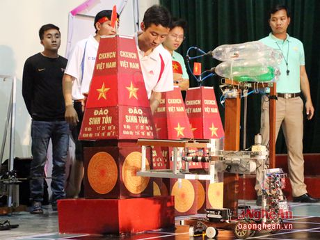 Sinh vien Dai hoc Su pham Ky thuat Vinh sang tao Robocon - Anh 2