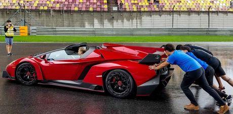 Hang hiem Lamborghini Veneno Roadster chet may phai nho nguoi day no - Anh 1