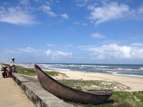Quang Nam: Song danh lat thung chai, 2 ngu dan roi xuong bien - Anh 2