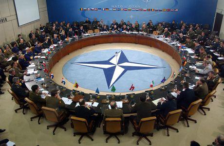 Thach thuc quan su voi NATO khi Trump vao Nha Trang - Anh 1