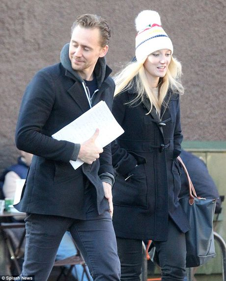 Tom Hiddleston rang ro ben nguoi giong Taylor Swift - Anh 1