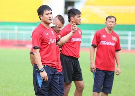 HLV Huu Thang canh tinh hoc tro truoc ngay du AFF Cup 2016 - Anh 1
