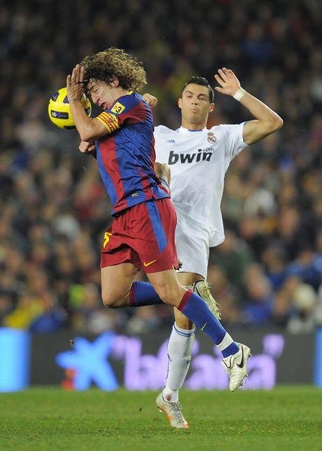 Doi hinh kho nhan nhat ma Carles Puyol tung doi dau vang bong Cristiano Ronaldo - Anh 1