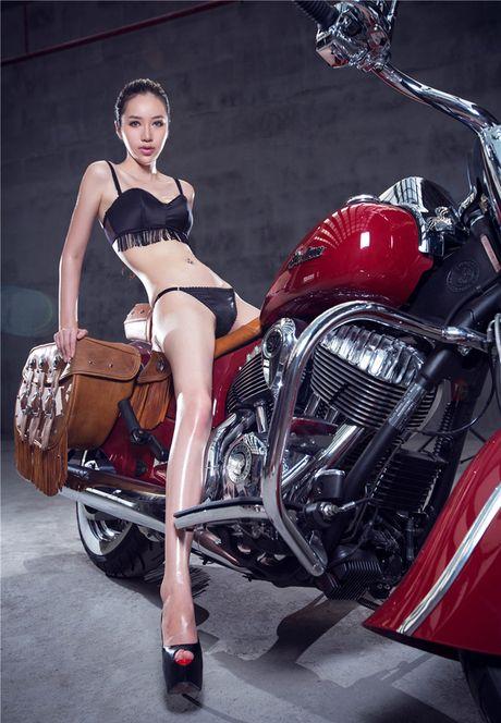 Sieu mau sexy 'don tim' phai manh ben xe khung - Anh 8