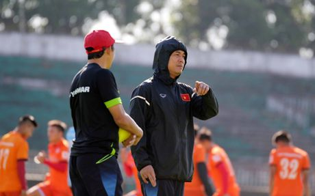 Quen mat minh dinh chan thuong, Tuan Anh lo AFF Cup 2016? - Anh 2