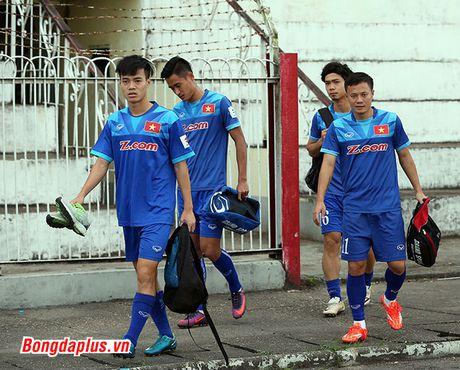 Cong Phuong bi HLV Huu Thang phat vi da hong penalty - Anh 1