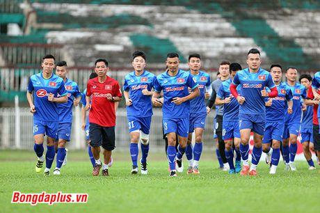 Cong Phuong bi HLV Huu Thang phat vi da hong penalty - Anh 2