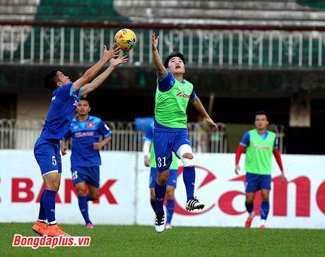 Cong Phuong bi HLV Huu Thang phat vi da hong penalty - Anh 3
