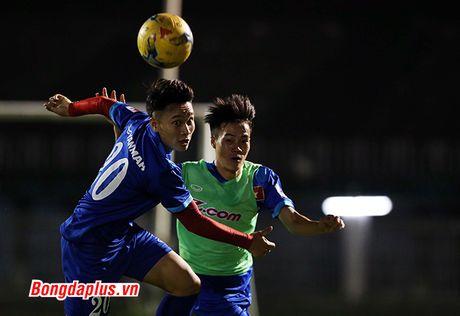 Cong Phuong bi HLV Huu Thang phat vi da hong penalty - Anh 6