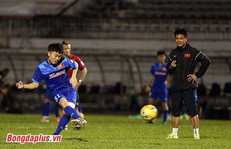 Cong Phuong bi HLV Huu Thang phat vi da hong penalty - Anh 7