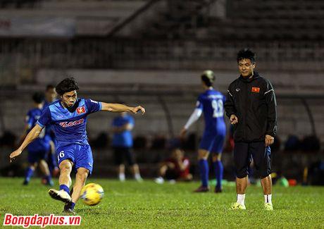 Cong Phuong bi HLV Huu Thang phat vi da hong penalty - Anh 8