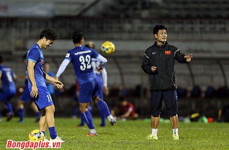 Cong Phuong bi HLV Huu Thang phat vi da hong penalty - Anh 9