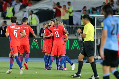 Ngu day sau hiep mot, Chile xe tan Uruguay thanh tung manh - Anh 1